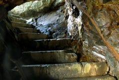 La escalera al hombre hizo las cuevas fotografía de archivo