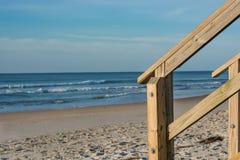 La escalera camina en el borde de la playa Fotos de archivo libres de regalías