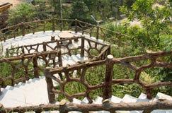 La escalera de madera creativa cerca llevar con barandilla abajo Imagen de archivo