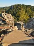 La escalera de madera de la ironía con la barandilla de acero doblada en trayectoria turística al punto de vista Imagen de archivo libre de regalías