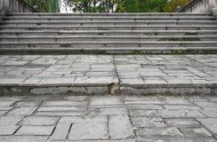 La escalera de piedra dañada vieja en el puente, hacia arriba y hacia abajo, texturizó el fondo Fotografía de archivo libre de regalías