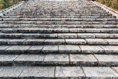 La escalera de piedra vieja, hacia arriba y hacia abajo, texturizó el fondo Fotografía de archivo libre de regalías