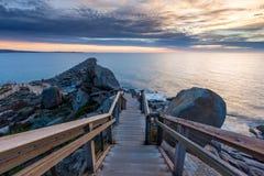 La escalera en la isla del granito que lleva abajo al embarcadero y al Br Fotografía de archivo libre de regalías