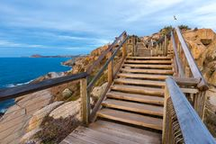 La escalera en la isla del granito que lleva abajo al embarcadero y al Br Imagenes de archivo