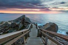 La escalera en la isla del granito que lleva abajo al embarcadero y al Br Foto de archivo