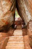 La escalera en Sigiriya (la roca del león) es una roca antigua Imágenes de archivo libres de regalías