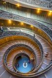 La escalera espiral famosa con los carriles hermosos en musa del Vaticano Fotos de archivo