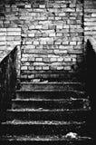 La escalera extraña que lleva en la pared de ladrillo Imagenes de archivo