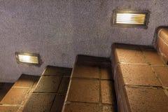 La escalera lavada de la grava adorna con la luz de bulbos llevada Foto de archivo