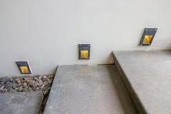 La escalera lavada de la grava adorna con la luz de bulbos llevada Fotografía de archivo libre de regalías