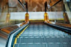 La escalera móvil de la alameda de compras hacia abajo ve Imagen de archivo libre de regalías