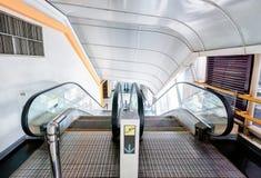 La escalera móvil del túnel enrolla abajo Imágenes de archivo libres de regalías