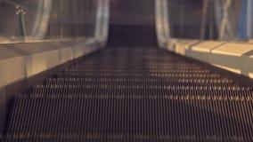 La escalera móvil en el aeropuerto almacen de metraje de vídeo
