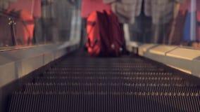 La escalera móvil en el aeropuerto almacen de video