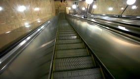 La escalera móvil lleva a viajeros abajo al metro