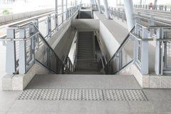 La escalera moderna va abajo Foto de archivo