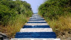 La escalera original en los colores de la bandera de Grecia es pasos azules y blancos en la isla de Creta Fotos de archivo