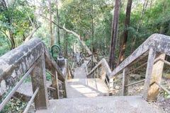 La escalera para ir arriba y abajo de la colina Foto de archivo libre de regalías