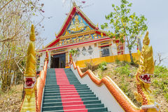 La escalera principal que lleva a la reproducción de Phra en-Kwaen la cual (roca de oro colgante) en el templo de Sirey, Phuket,  Imágenes de archivo libres de regalías