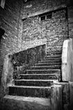 La escalera que lleva en la pared de ladrillo. B&W Foto de archivo