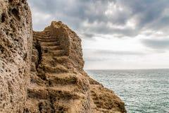 La escalera talló en la roca Foto de archivo
