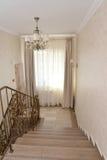 La escalera va abajo en el otro piso del hotel Fotografía de archivo libre de regalías