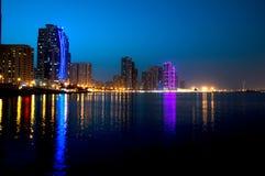 La escena céntrica de la noche de Sharja con la ciudad se enciende, nueva ciudad de alta tecnología de lujo en Oriente Medio Imagen de archivo