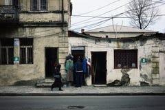 la escena de la calle en la ciudad con los paños de una segunda mano hace compras foto de archivo
