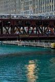 La escena de la hora punta de la vía elevada del tren para Chicago's elevó el ` del EL del ` que pasaba sobre el río Chicago Imagenes de archivo