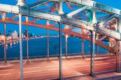 La escena de igualaci?n hermosa con el puente famoso de la torre de StPetersburg ilumin? y reflej? en el r?o de Neva fotos de archivo