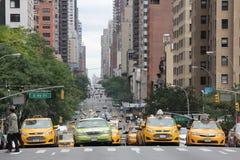 La escena de la calle de cuatro taxis paró en la intersección en New York City, Nueva York, septiembre de 2013 Imagenes de archivo