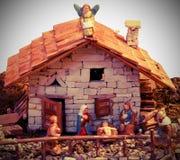 La escena de la natividad con la familia santa es una casa vieja foto de archivo