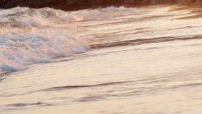 La escena de la puesta del sol del mar espumoso agita el balanceo adentro en la orilla almacen de metraje de vídeo