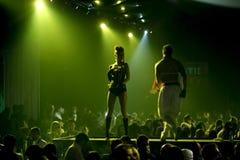 La escena del club nocturno con los bailarines atractivos y las luces muestran Fotografía de archivo libre de regalías