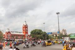 La escena ocupada delante del ferrocarril antiguo famoso, vehículos pasa por la señal de tráfico, gente está esperando para cruza fotos de archivo libres de regalías