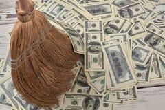 La escoba del maíz barre la pila de dinero foto de archivo libre de regalías