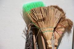 La escoba vieja de la paja dirige las manijas de madera Imagen de archivo libre de regalías