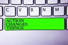 La escritura conceptual de la mano que muestra la acción cambia cosas La exhibición de la foto del negocio se mejora todavía no s Fotos de archivo libres de regalías