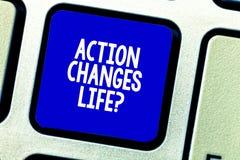 La escritura conceptual de la mano que muestra la acción cambia cosas Foto del negocio que muestra superando adversidad tomando m imagenes de archivo