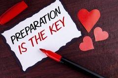 La escritura conceptual de la mano que muestra la preparación es la llave El texto de la foto del negocio aprende que el estudio  Fotos de archivo libres de regalías