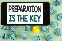 La escritura conceptual de la mano que muestra la preparación es la llave El texto de la foto del negocio aprende que el estudio  Foto de archivo libre de regalías