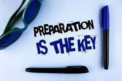 La escritura conceptual de la mano que muestra la preparación es la llave La exhibición de la foto del negocio aprende que el est Imagen de archivo
