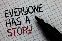 La escritura conceptual de la mano que muestra todo el mundo tiene una historia Narración del fondo del texto de la foto del nego fotografía de archivo libre de regalías