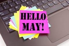 La escritura de hola puede Texto de la primavera hecho en el primer de la oficina en el teclado de ordenador portátil Concepto de Foto de archivo libre de regalías