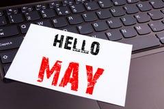 La escritura de hola puede Texto de la primavera hecho en el primer de la oficina en el teclado de ordenador portátil Concepto de Fotos de archivo libres de regalías