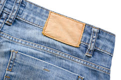 La escritura de la etiqueta de cuero en blanco de los pantalones vaqueros cosió en los tejanos Imagen de archivo libre de regalías