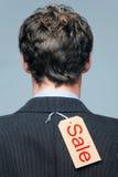 La escritura de la etiqueta de la venta en la parte posterior de a sirve la chaqueta Fotografía de archivo