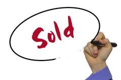 La escritura de la mano de la mujer vendió en tablero transparente en blanco con un marcador Imagen de archivo