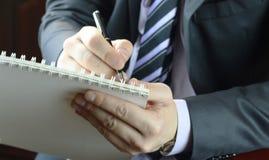La escritura de la mano observa al periodista Imagenes de archivo