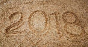 La escritura del año en la arena de oro con shellsea Fotografía de archivo libre de regalías